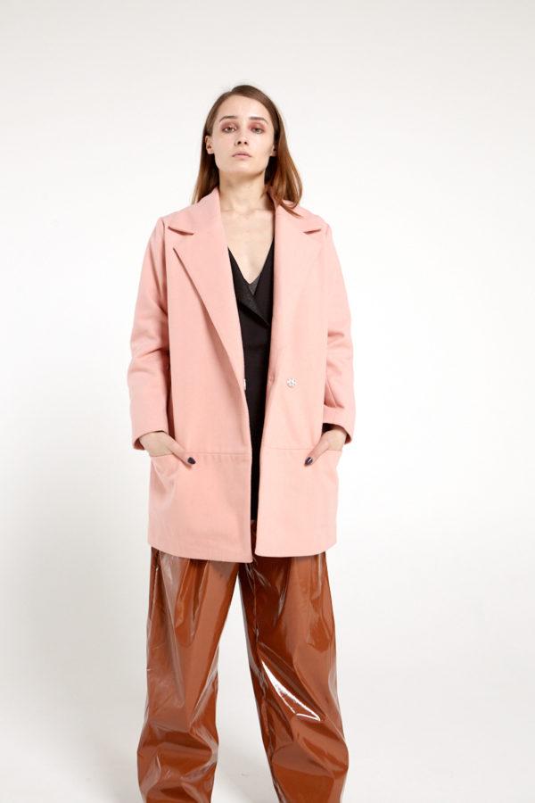 Короткое двубортное пальто розовое
