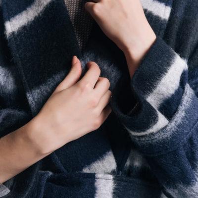Пальто из альпаки синее