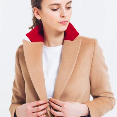 Пальто бежевое с красным