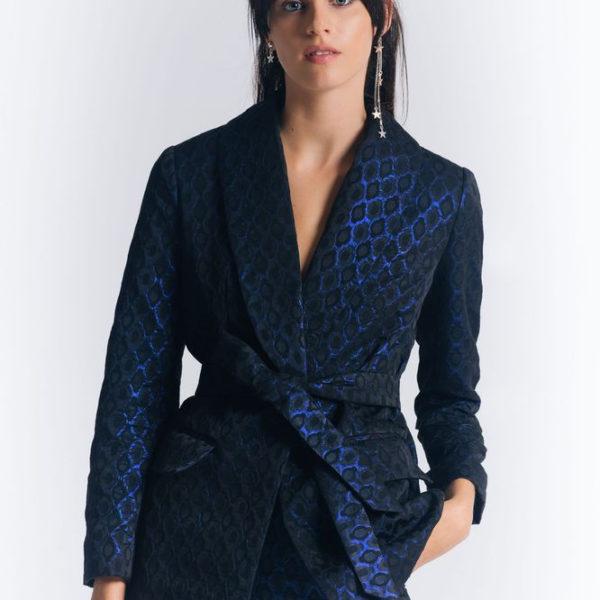 Костюм с узкими брюками синего цвета