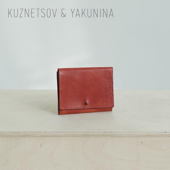 Кожаный кошелек красного цвета