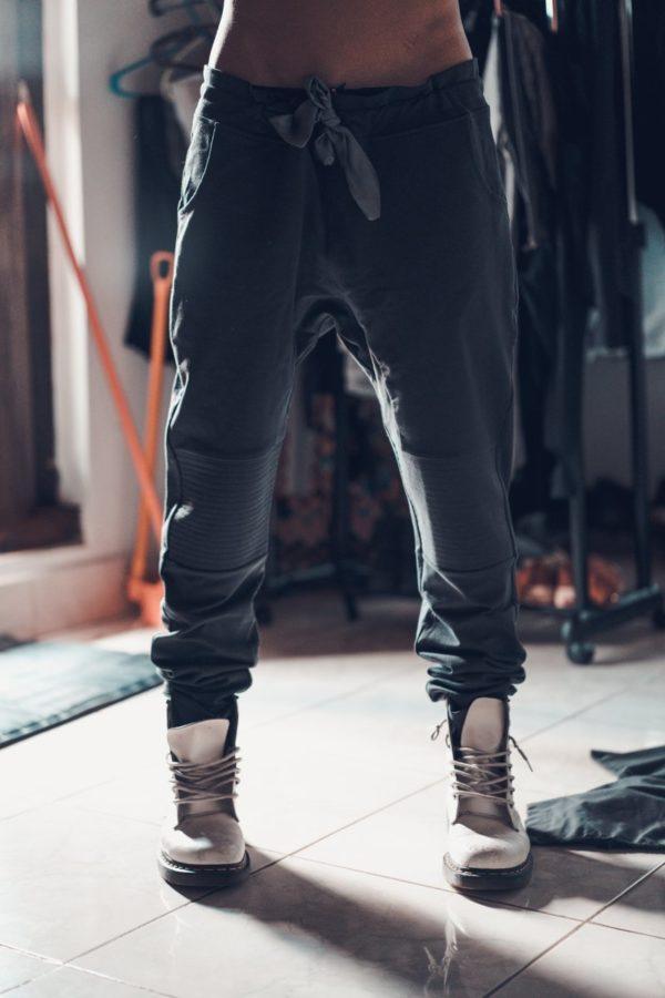 Штаны с мотней серого цвета с шелковым поясом