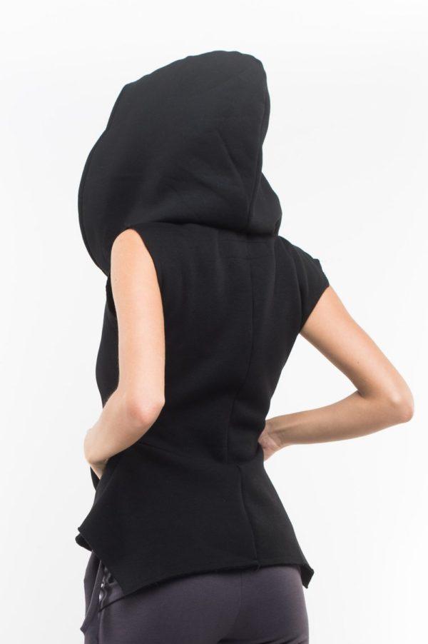 Утепленная жилетка черного цвета