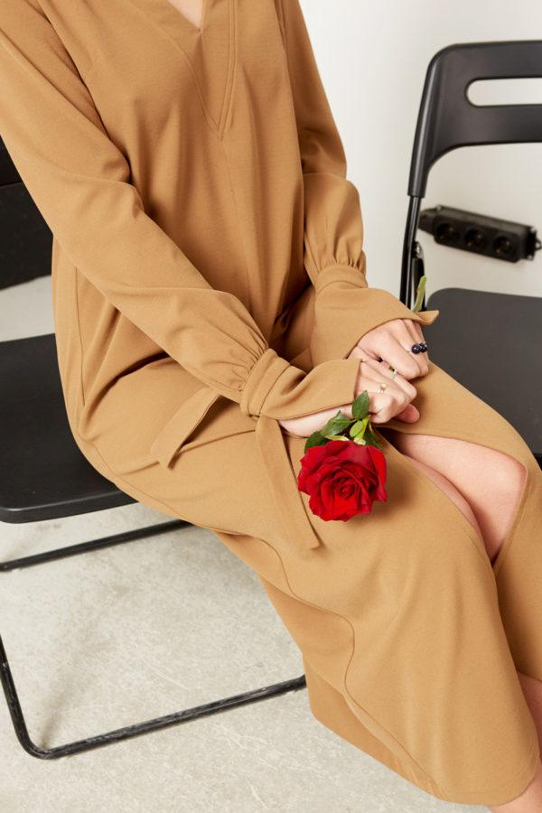 Платье с V-образной горловиной бежевое