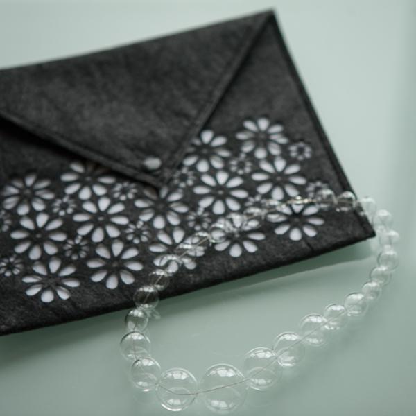 Ожерелье из прозрачных стеклянных сфер разного диаметра