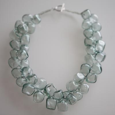 Ожерелье из непрозрачных стеклянных кубов