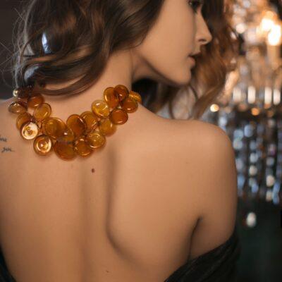 Ожерелье из непрозрачных стеклянных плоских сфер янтарного цвета