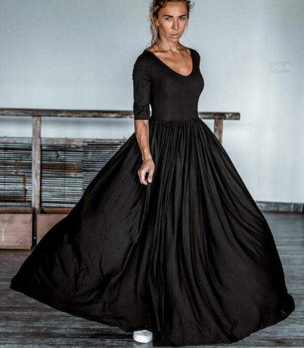 Платье с рукавом и открытой спиной